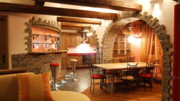 Plafoniere Per Taverna : Arredamento classico o più moderno la tavernetta come luogo di